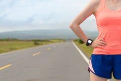 För sporthjärta för idrottsman nen bärande smartwatch för hastighet Fotografering för Bildbyråer