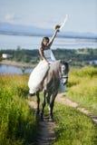 för sportvinter för lycklig häst le barn för kvinna Arkivbilder