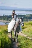för sportvinter för lycklig häst le barn för kvinna Fotografering för Bildbyråer