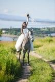 för sportvinter för lycklig häst le barn för kvinna Royaltyfria Foton