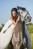 för sportvinter för lycklig häst le barn för kvinna Arkivbild