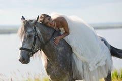 för sportvinter för lycklig häst le barn för kvinna Arkivfoto