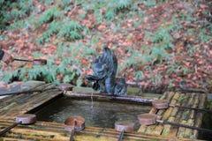 för springbrunnjapan för bambu fallande vatten Arkivfoto