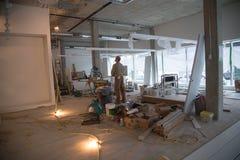 För stående oavslutad design renoveringröra för arbetare Royaltyfri Foto