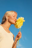 för ståendekvinna för blomma lyckligt barn Royaltyfria Foton