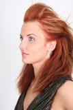 för ståendered för coiffure haired kvinna Arkivbilder