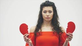 för ståendewhite för bakgrund härlig kvinna Dåliga valentin dag Begreppet modell rymmer röd hjärta i hand