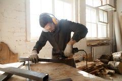 För stålmetall för ung arbetare malande rör för profil i seminariuminte royaltyfri foto