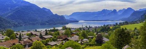 By för St Gilgen och Wolfgangsee sjö, Österrike Royaltyfria Bilder