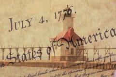 För St Joseph för dubbel exponering fyr norr pir längs shoreline av Lake Michigan med USA-konstitutionbakgrund Royaltyfria Bilder