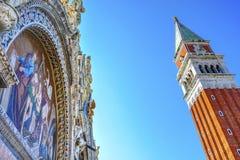 För St Mark för CampanileKlocka torn piazza Venedig för basilika ` s mosaisk Arkivfoto