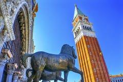 För St Mark för Campaniletornhästar piazza Venedig Italien för basilika ` s Royaltyfri Bild