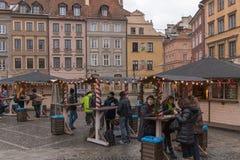 För stadmarknad för Warszawa marknadsför gammal jul för fyrkant på en molnig dag Arkivfoto
