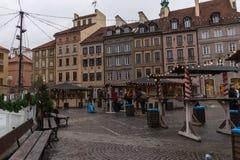 För stadmarknad för Warszawa marknadsför gammal jul för fyrkant på en molnig dag Arkivfoton