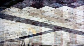 För stadsfyrkant för abstrakt begrepp våt skinande geometrisk trottoar på ett regnigt D Arkivbilder