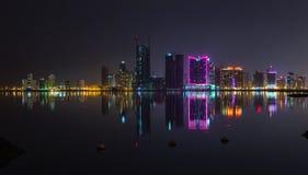 För stadshorisont för natt modern panorama med neonljus Royaltyfri Fotografi