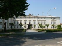 ¾ för stadsKromÄ› Å™ÃÅ (Kromeriz) - ingången till botaniska trädgårdarna (huvudsakliga historiska byggnader), Tjeckien, Moravia Arkivfoton