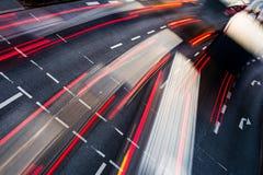 För stadsväg för rörelse suddig trafik Arkivfoto