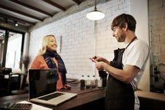 För Staff Serving Cafeteria för kafékaffeuppassare begrepp förkläde arkivfoto