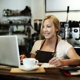 För Staff Serving Cafeteria för kafékaffeuppassare begrepp förkläde royaltyfri bild
