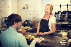 För Staff Serving Cafeteria för kafékaffeuppassare begrepp förkläde fotografering för bildbyråer