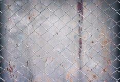 För staketmodeller för stål netto textur på gammal grå zinkbakgrund arkivbild