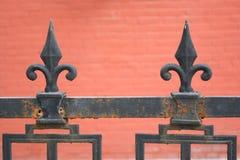 för staketport för stor tegelsten dekorativt galler för järn Royaltyfria Foton