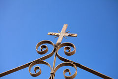 för staketport för stor tegelsten dekorativt galler för järn Arkivbild