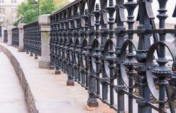 för staketport för stor tegelsten dekorativt galler för järn Fotografering för Bildbyråer