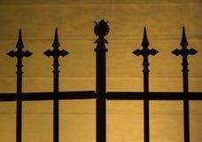 för staketport för stor tegelsten dekorativt galler för järn arkivfoton