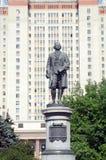 För Stalin för Moskva för värme för dag för statyLomonosov sommar delstatsuniversitet skyskrapa huvudbyggnaden av Moskvadelstatsu Royaltyfria Bilder