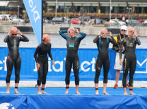 För startsignalen - Triathlon, kvinnor Arkivfoto