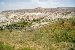 För sten- och gräsberg för scenisk panorama unik grov sikt för landskap av den röda och rosa dalen med himmelbakgrund, Cappadocia arkivbild