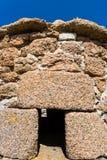 för stenhus för vägg gammalt breton slut upp i Ploumanach Arkivbilder