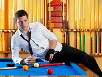 För stilig dricka alkohol spelareman för Billiard Fotografering för Bildbyråer