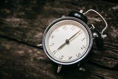 För stilshow 6 för gammal klocka retro klocka för ` för nolla på trä Arkivbild