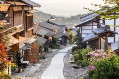 By för stolpe för handel för Japan ` s historisk av Magome på solnedgången i den Kiso dalen arkivbilder