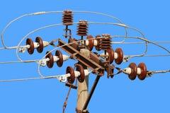 För stolpekraftledning för gata elektriskt kontaktdon mot blå himmel Arkivfoton