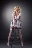 för stolsguld för stång blond kvinna för stand för sensuality royaltyfri bild