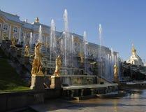 för stora bronze skulpterar dekorativa detaljer kaskadkonstruktioner för bas femtio fem storslagna springbrunnspringbrunnar fyra  Royaltyfria Bilder