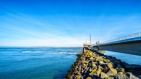 För stormsvallvåg för konkret struktur som barriären byggs i landskapet av Zeeland fotografering för bildbyråer