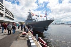 För Stoykiy för ` för patrullskeppet tagande som kan användas till mycket ` särar i den årliga internationella maritima försvarsh Arkivfoton