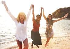 För strandflickor för kvinnor roligt begrepp för beröm för makt arkivfoto