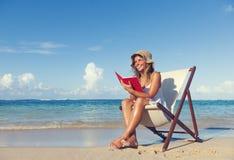 För strandsommar för kvinna avslappnande begrepp för himmel Royaltyfri Bild