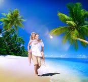 För strandsommar för par avslappnande begrepp för ferie för semester Arkivbilder