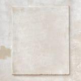 För stuckaturtappning för Grunge vit vägg arkivfoto