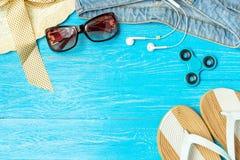 För sugrörhatt för ram elegant kvinnlig solglasögon för jeans för häftklammermatare på blå träbakgrund, copyspace för text, somma arkivfoton