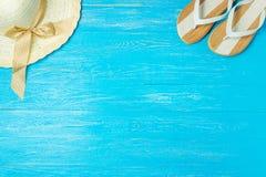 För sugrörhatt för ram eleganta kvinnliga häftklammermatare på blå träbakgrund, copyspace för text, sommarsemester fotografering för bildbyråer