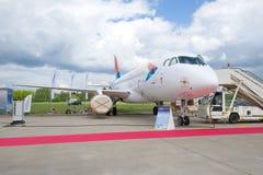 För Sukhoi för ryss tar plana flygbolag för azimut RA-89080 Superjet 100 delen i MAKS-2017 Arkivfoto