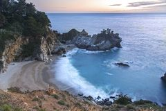 För Sur för McWay nedgångar stort Kalifornien för solnedgång strand Stilla havet Arkivbild